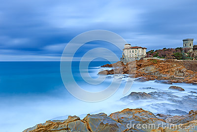Marco do castelo de Boccale na rocha e no mar do penhasco. Toscânia, Italia. Fotografia longa da exposição.