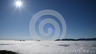 Mare delle nubi Vista di panorama da Unkai Terraceoins con il logo di Mastercard su fondo video d archivio