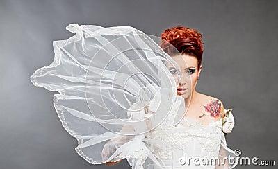 Mariée dans la robe blanche avec le voile