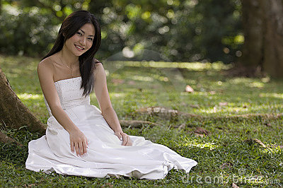 Mariée asiatique à l extérieur 2