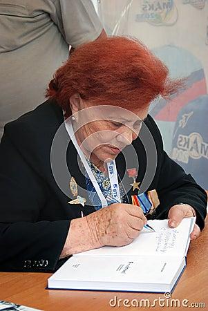 Marina Popovich da autógrafos en MAKS-2013 Foto editorial