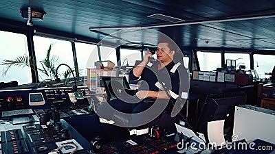 Marine Deck Officer oder Seemann auf der Kommandobrücke des Schiffes oder Schiffes stock video