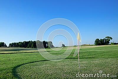 Markierungsfahne auf Golfplatz.