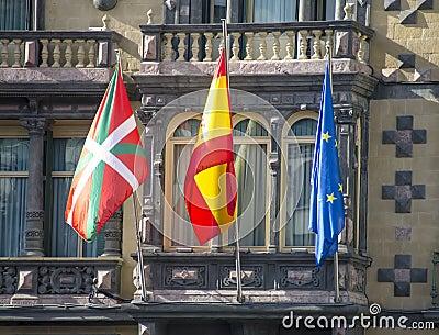 Markierungsfahnen von Euskadi, von Spanien und von Europäischer Gemeinschaft