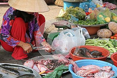 Marktfrau, die Fische vorbereitet
