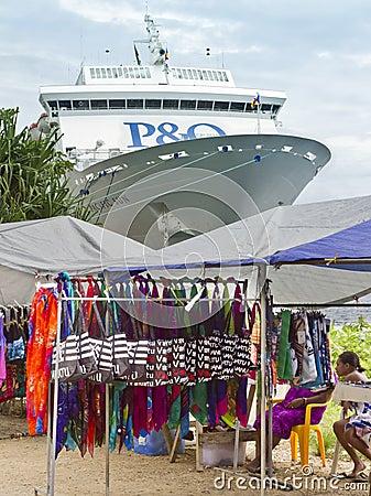 Marktkramen en cruiseschip dat in Haven Vila wordt gedokt. Redactionele Stock Afbeelding