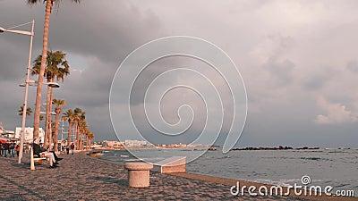 16 mars 2019/Chypre, Paphos Beau quai touristique à Paphos, Chypre. Promenade touristique avec palmiers. Les gens marchent sur le banque de vidéos
