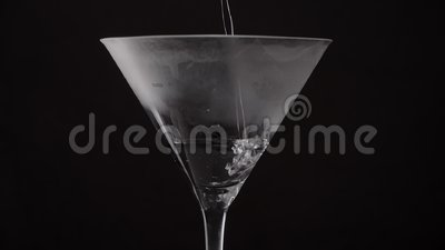 Martini napój wlewa się pęcherzykami do szklanki na czarnym tle zdjęcie wideo