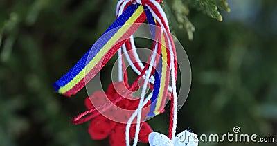 Martisor con los elementos tricolores rumanos en fondo de la textura de la nieve Símbolo de Moldavia y rumano de la primavera Mar almacen de video