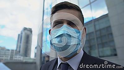 Martwiony mężczyzna w masce ochronnej patrzący dookoła, wysoki poziom zanieczyszczenia powietrza zbiory wideo
