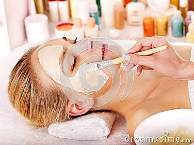 Maschera facciale dell argilla nella stazione termale di bellezza.