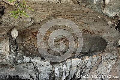Maschere sulla parete della caverna