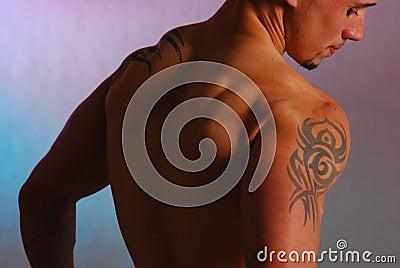 Maschio con il tatuaggio della spalla fotografie stock for Immagini tatuaggi spalla