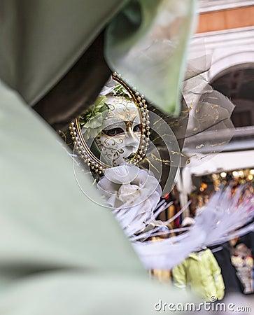 Maskera i en avspegla Redaktionell Arkivfoto
