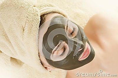 Masque de boue sur le visage. Station thermale.