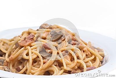 Massa dos espaguetes com o molho de cogumelos isolado
