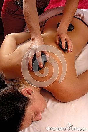 Massage mit heißen Steinen