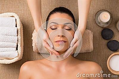 Massagem facial em termas