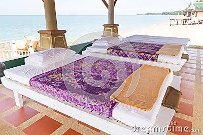 Massagen bordlägger på stranden