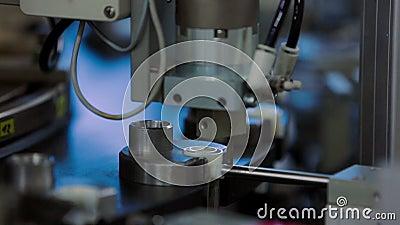 Maszyna zamyka dekiel na produkci wkraplacze przy sprzęt medyczny fabryką zbiory