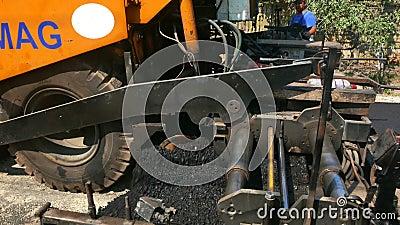 Maszyny ciężkie rozprzestrzenia gorącego asfalt tworzyć drogową powierzchnię w romanian małej wiosce zbiory wideo