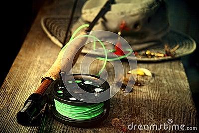 Matériel de pêche de mouche avec le vieux chapeau