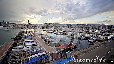 Mataro Hiszpania, Maj, - 19, 2019: Widok port na zmierzchu zbiory