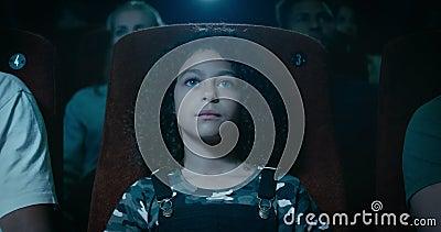 Materiał filmowy młoda dziewczyna Ogląda film zdjęcie wideo
