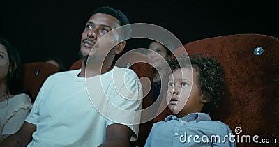 Materiał filmowy ojciec I syn Przy kinem zbiory