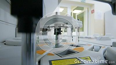 Materiaal en apparaten voor biochemie in een modern laboratorium stock videobeelden