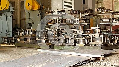 Materiaal voor metaalmachines bij de installatie van de pers en de snijders, materiaal, binnen stock video