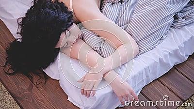 Matin de détente dormant appréciant des rêves paisibles banque de vidéos