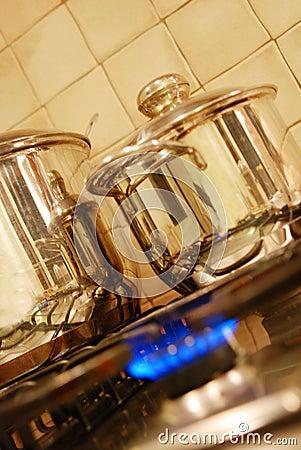 Matlagning lägger in ugnen