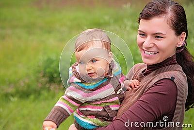 Mãe com o bebê na natureza