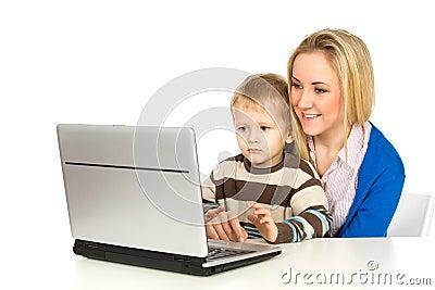 Matriz e filho que usa o portátil