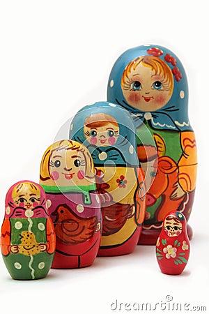 在空白背景的Matryoshka玩偶