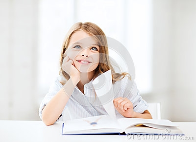 Mały studencki dziewczyny studiowanie przy szkołą