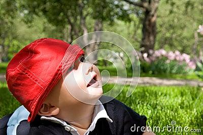 Mały trawa dzieciak