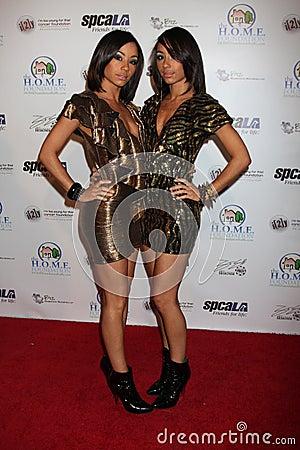 Maya et Nandy de la héroïne décembre de groupe obtenant à l événement de Royale de casino de célébrité Image éditorial