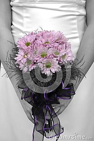 Mazzo della holding della sposa con la maschera in in bianco e nero ma fiore