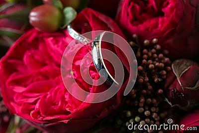 Mazzo delle rose e delle fedi nuziali immagini stock for Disegni del mazzo sul basamento degli scioperi