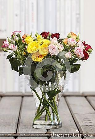 Mazzo delle rose variopinte in vaso di vetro sulla tavola for Mazzo per esterni in legno