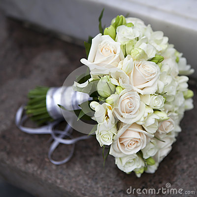 Mazzo di cerimonia nuziale delle rose dentellare e bianche