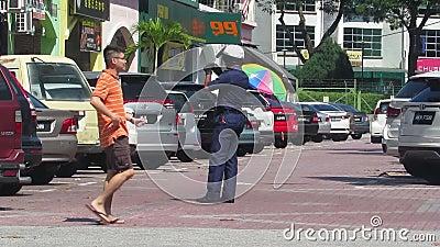 MBI-exekutionstjänsteman som utfärdar parkeringsbiljett arkivfilmer