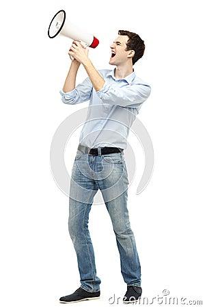 Mężczyzna krzyczy przez megafonu