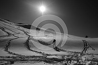 Mężczyzna snowshoeing