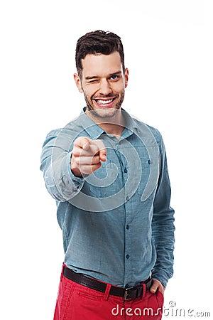 Mężczyzna wskazuje przy tobą