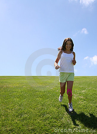 Mädchen, das auf Gras läuft