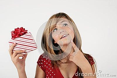 Mädchen, das über Geschenk schätzt