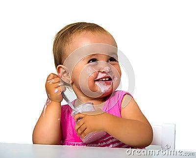 Mädchen, das Jogurt isst